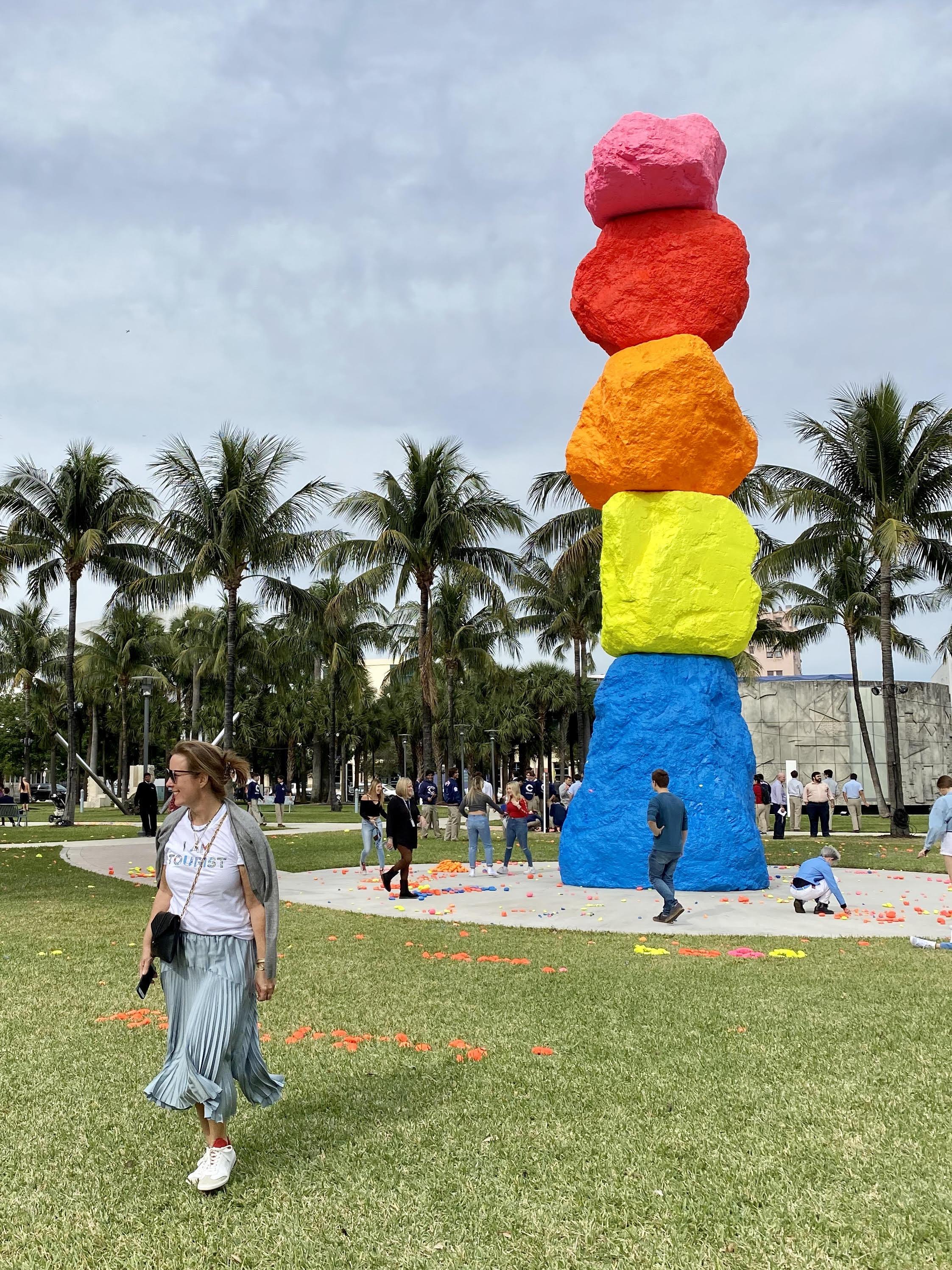 Gestapelte Steine von Ugo Rondinone zur Art Basel Miami