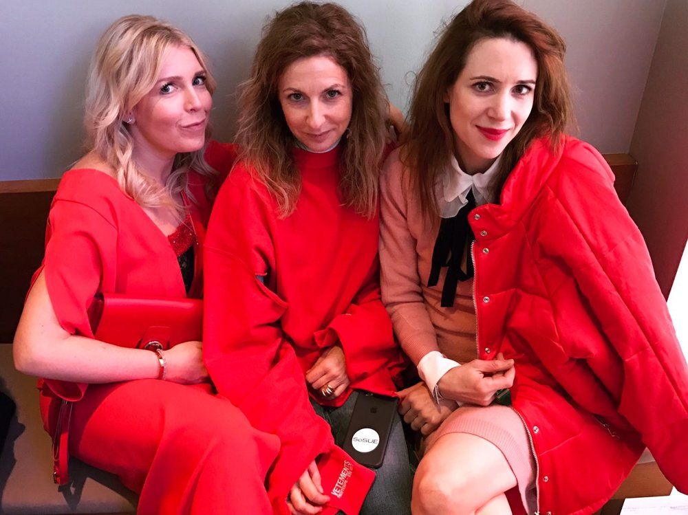 Ladies in Red: Tick, Trick und Track auf dem Gala Brunch in Gala-Rot