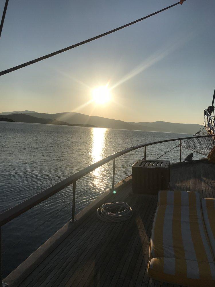 Sucht-Moment an Board: Sonnenaufgang, wenn das Meer spiegelglatt ist