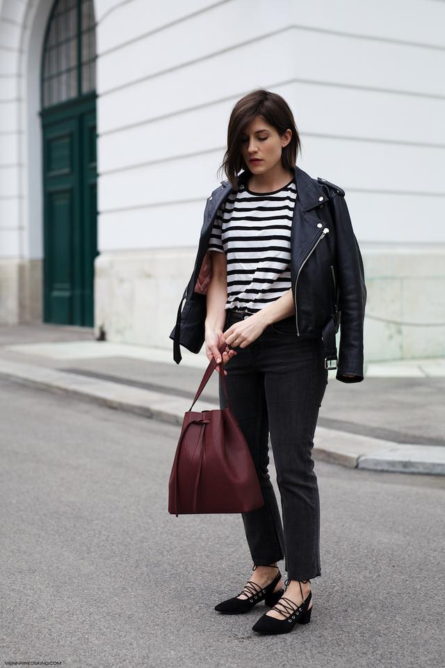 @ViennaWedekind in der idealen Kombination zwischen lässig und schick. Die Bucket Bag von Alesya Orlóva verleiht dem Outfit die Eleganz.