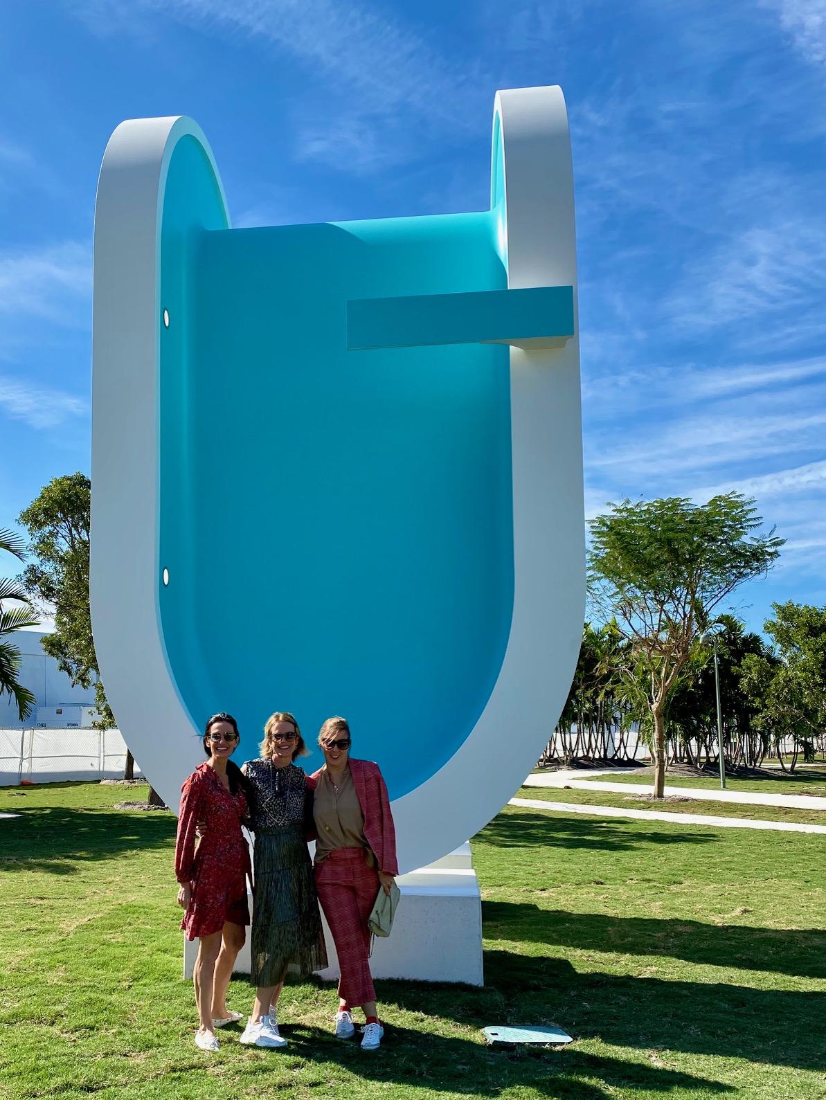 Kunstfreunde auf Tour vor Elmgreen & Dragset Pool