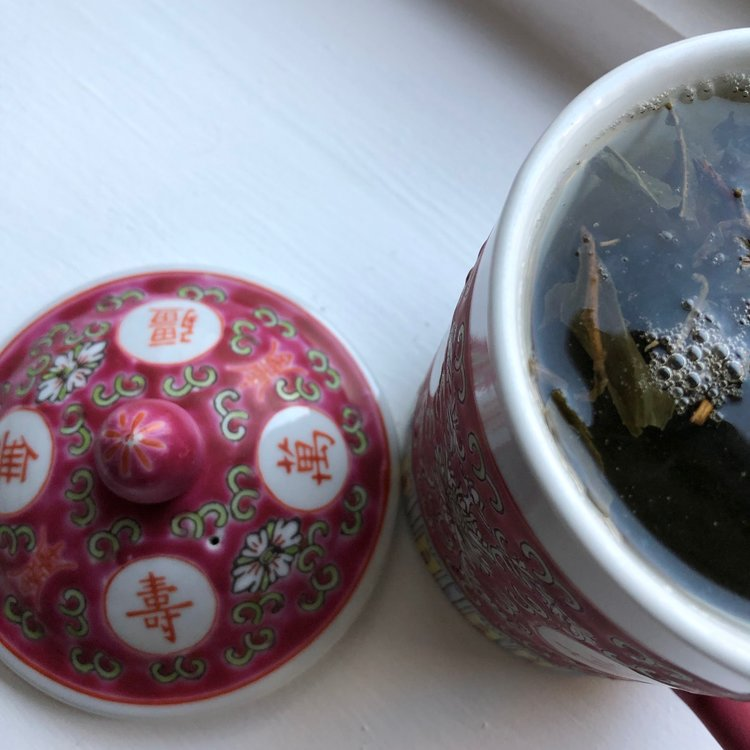 Grüner Tee in Wandertassen