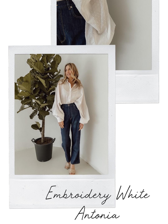 Hier seht ihr Sue in unserer Antonia Embroidery White Bluse
